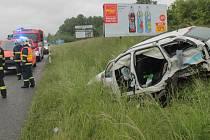 Po bočním srážce protijedoucích aut skončilo Audi po proražení billboardu a kotrmelcích daleko od silnice, Fabia combi v příkopu.