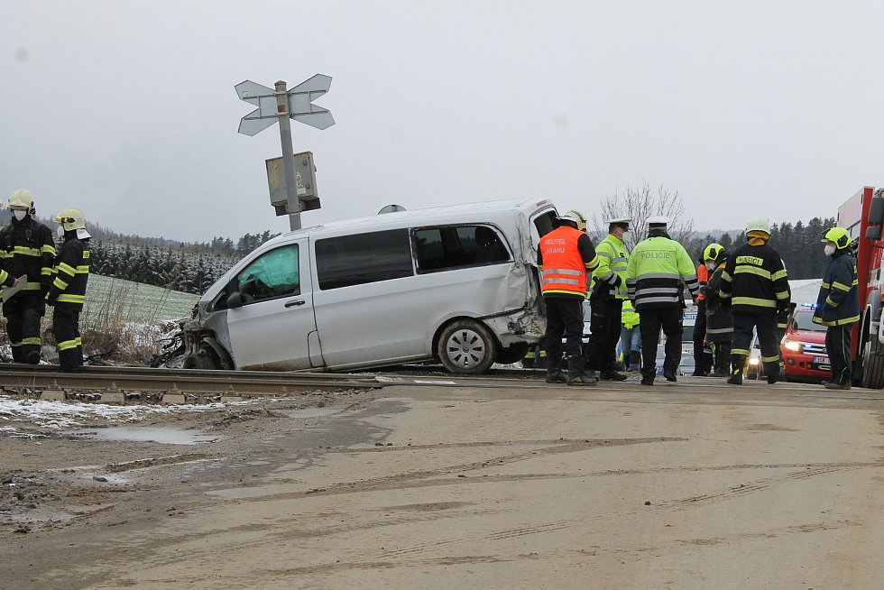 Nehoda rychlíku s automobilem na železničním přejezdu u Heřmaniček.
