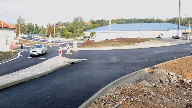 Stavba vlašimské kruhové křižovatky u OD Billa.