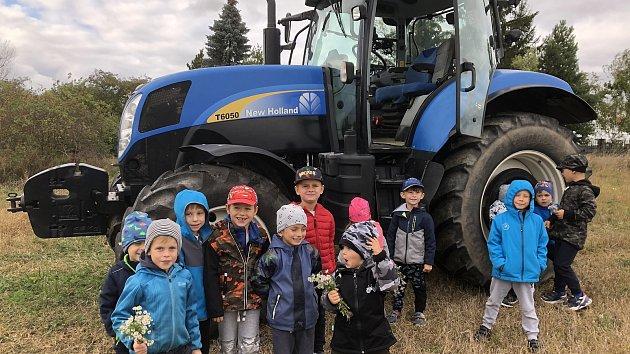 Traktorista přišel na návštěvu do mateřinky MiniSvět