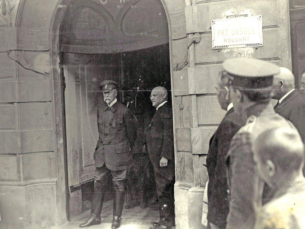 Tomáš Garrigue Masaryk v průčelí domu na benešovském Malém náměstí se svým přítelem, advokátem Františkem Veselým. Ten se v mladé ČSR stal prvním ministrem spravedlnosti.