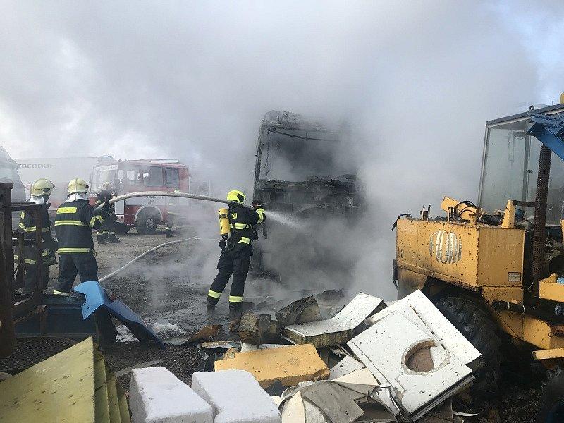 Hasiči zasahovali u požáru nákladních vozidel v obci Psáry.
