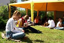 Součástí semináře je i stánek s duchovní a odbornou literaturou, návštěvníci se mohou občerstvit v polní čajovně a při přípravě menu se nezapomíná ani na vegetariány.