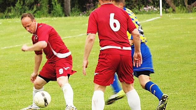 Antonín Sochůrek (u míče) je ve Vrchotových Janovicích duší týmu.