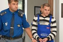 Odmítnout vinu přišel Petko Dimitrov Dobrevski do soudní síně oblečený v montérkách. Byl totiž zadržen přímo v zaměstnání. Policisté si ho na pracovišti vyzvedli už den po loupeži.  Pobyt ve vězení mu ale podle vlastních slov nedělá dobře.