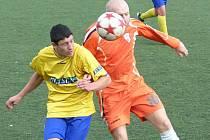 Dorostenec Patrik Vyhlídal (ve žlutém v souboji s bakovským Lukášem Bláhou) příjemně trenéra Chomáta potěšil.