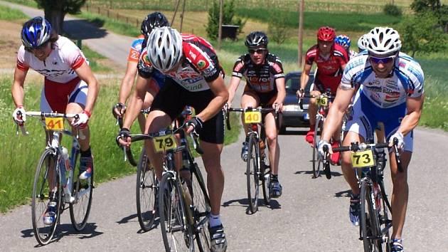 Uprostřed snímku nastupuje Petr Bartoš (PBR - Team DA-BA, č. 79), sledovaný zleva - z pohledu závodníků - Vítem Černým (KPO, č. 73) a zprava Markem Tupým (Česyk, č. 40). Vzadu přihlížejí Jan Sabol (Eleven Team, č. 41) a Petr Pohořalý (S.O.S., č. 76)