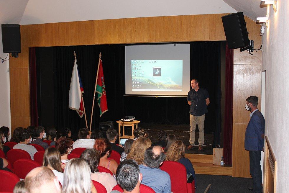 Malá slavnost, loučení vycházejících žáků se základní školou v Bystřici v sále Divadla U Jelena.