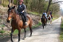 Na vyjížďku si vyjela z Barochova i děvčata na koních.