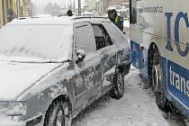 Nehoda autobusu a osobního auta v ulici Na Chmelnici.