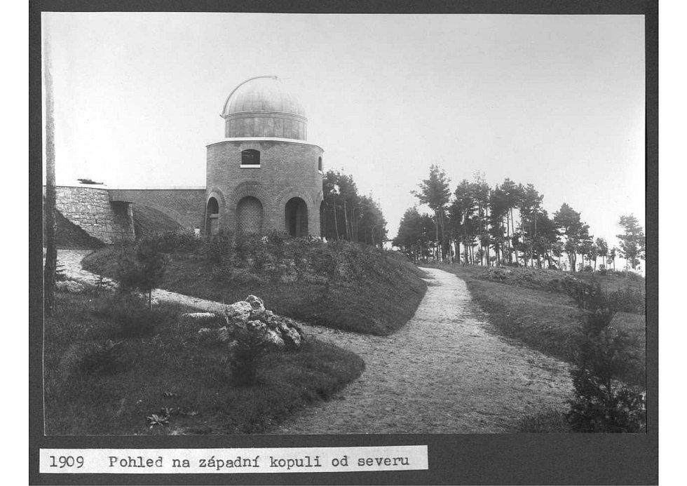 Pohled na západní kopuli hvězdárny v Ondřejově.