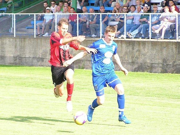 Ilustrační foto: Daniel Nešpor (v modrém), levý obránce Vlašimi, měl na jaře formu jako hrom a upozornil svými výkony i ligového mistra Slavii Praha, u kterého je na testech.
