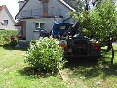 Nehoda vozidla na přepravu kontejnerů na odpad.