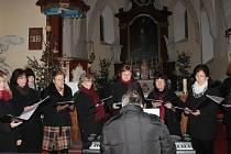 Pěvecký sbor benešovských učitelek zpíval i na Vánoce v kostele v Kozmicích.