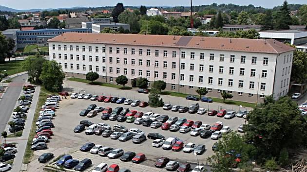 Hlavní budova někdejších Pražských kasáren v Benešově se má do konce roku 2022 stát novým justičním palácem.