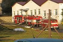 Při požáru Křižíkově ulici se profesionální hasiči neobešli bez pomoci \