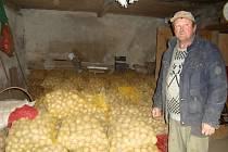 Milan Hájek ve svém skladu brambor.