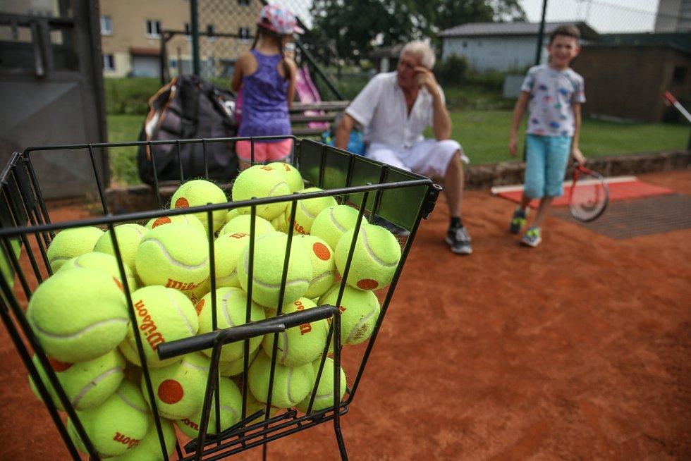 Jen máloco je tak ikonické jako žlutý tenisový míček. Sport mladé hráče i jejich rodiče láká; podle šéftrenéra Františka Sysla za tím stojí i úspěchy hráčů na reprezentační úrovni. Tenis prostě táhne.