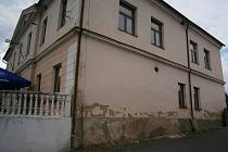 Budovu bývalé domašínské radnice chce vedení města Vlašimi opravit již řadu let. Na řadě je fasáda objektu.