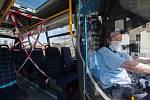 Ochranná opatření před šířením koronaviru v městské hromadné dopravě. Ilustrační foto.