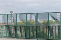 Poničené pletivo na mostě v Benešově.