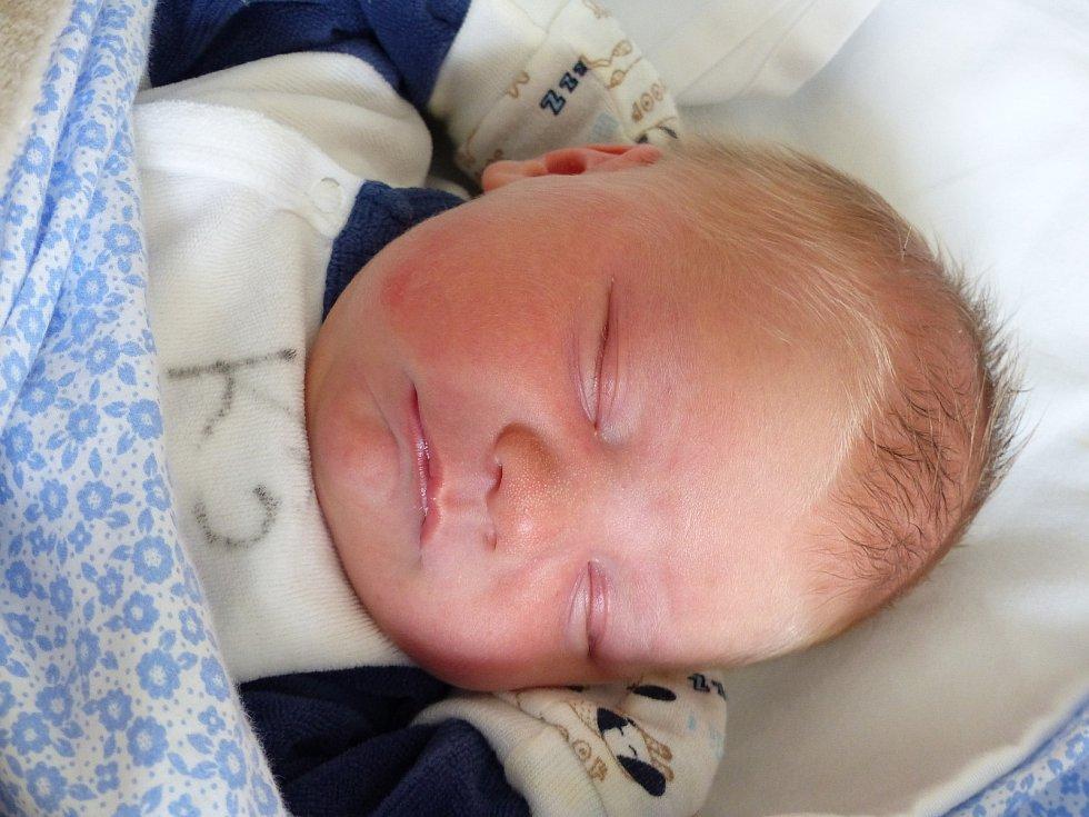 Jakub Hrdlička se narodil 26. dubna 2021 v kolínské porodnici, vážil 3750 g a měřil 50 cm. Do Říčan odjel s maminkou Renatou a tatínkem Jakubem.