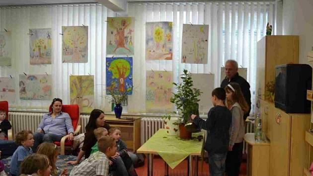 Děti, společně se starostou města zasadily stromek.