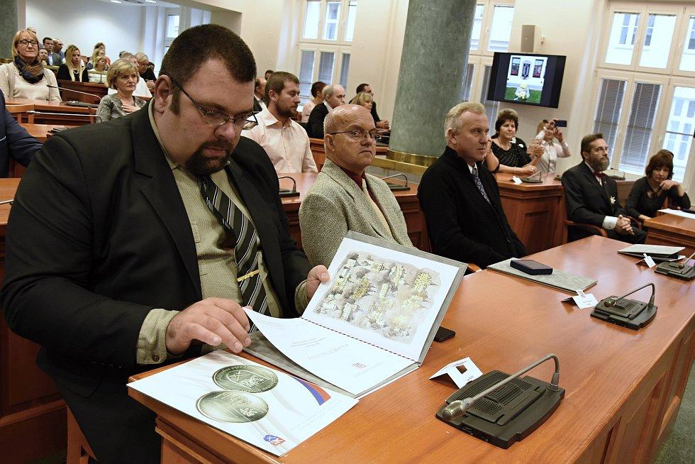 Z předání pamětních plaket za péči o válečné hroby na Krajském úřadě Středočeského kraje v Praze.