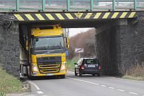 V pátek 24. března kolem půl deváté dopoledne skončila jízda kamionu z Plzeňska u podjezdu silnice E55 u Benešova.