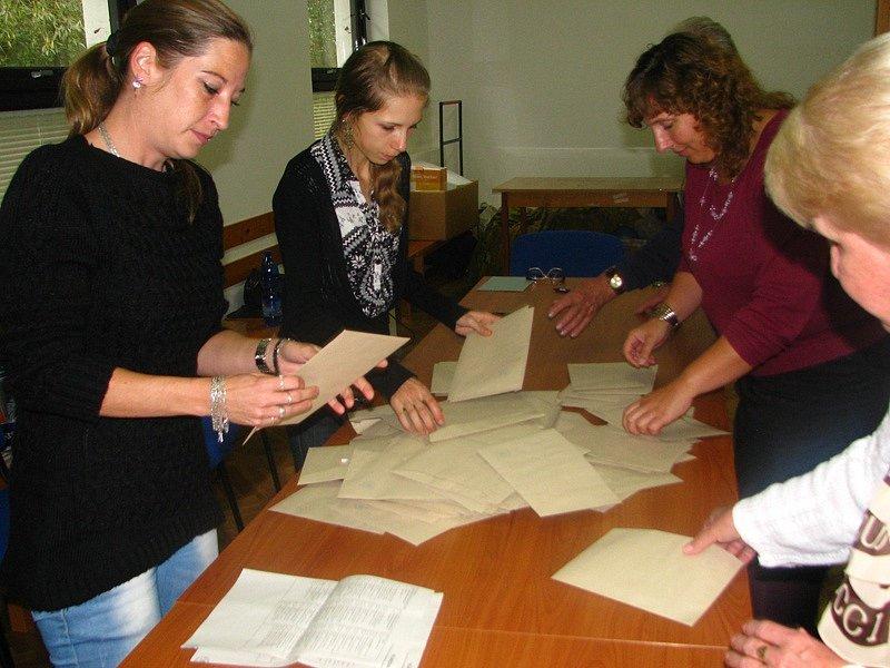 Volby 2014 - Otevření volební schránky a zahájení sčítání v Nesvačilech.