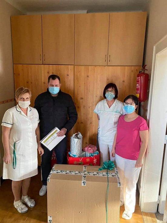 Do domovů na Mladoboleslavsku se s dárky vypravil předseda komise rady kraje pro bezpečnost a integrovaný záchranný systém Daniel Marek (STAN).