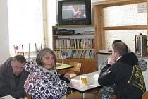 Televize je bezdomovců jediná zábava.