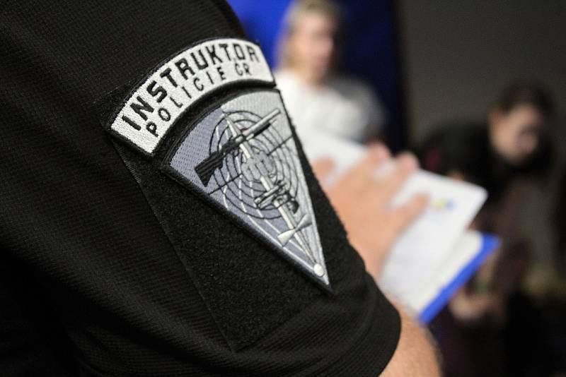 Z projektu Přes bariéry s policií v běžeckém tunelu pod tribunou atletického stadionu v Benešově.