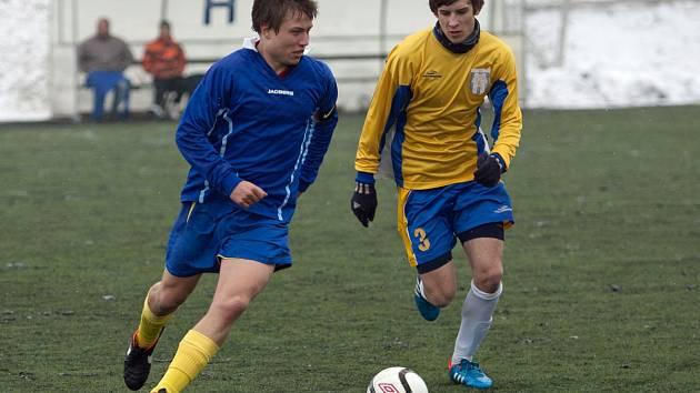 Starší dorostenci Benešova si poradili stejně jako mladší s Mnichovým Hradiště po výsledcích 5:0. Na snímku vyváží míč Aleš Černý (v modrém).