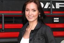 Aneta Nouzovská, dobrovolná hasička z Poříčan na Kolínsku, si přípravu na finále Miss hasička Středočeského kraje 2015 na Konopišti s úsměvem užívá.