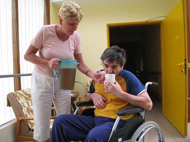 V domově seniorů v Benešově personál kontroluje a pomáhá dodržovat pitný režim svých klientů