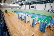 Po zkušebním rozjezdu od středy minulého týdne začalo v pondělí naplno fungovat velkokapacitní očkovací místo pro vakcinaci proti koronaviru, které ve sportovní hale v Říčanech na Praze-východ provozuje tamní nemocnice skupiny AGEL.