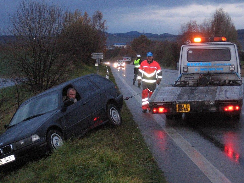V 16.20 policisté regulovali dopravu a bavorák s rusky mluvícím řidičem se pomalu soukal zpět na vozovku.