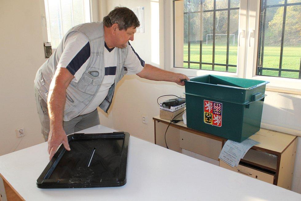 Příprava volební místnosti ve volebním okrsku číslo 12 Týnce nad Sázavou. Sídlo volebního okrsku je v Čakovicích v kabinách na fotbalovém hřišti.