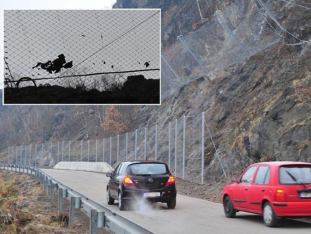 Nové záchytné sítě chrání motoristy před padajícími kameny.