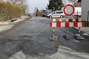 Uzavírka v Hulicích, kvůli které řidiči neprojedou do sousední obce Nesměřice na Kutnohorsku. Archivní foto.
