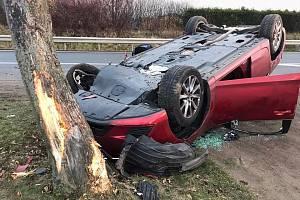 Při dopravní nehodě u Strančic skončilo auto na střeše a ještě narazilo do stromu.
