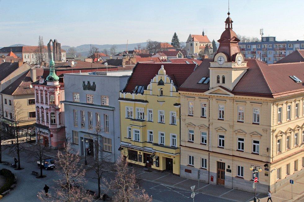 Benešov při pohledu ze střechy kostela sv. Anny - justiční palác s bývalou Komerční bankou.