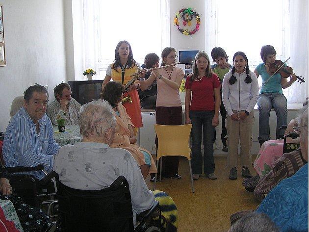 Pacientům LOP zahrály děti.