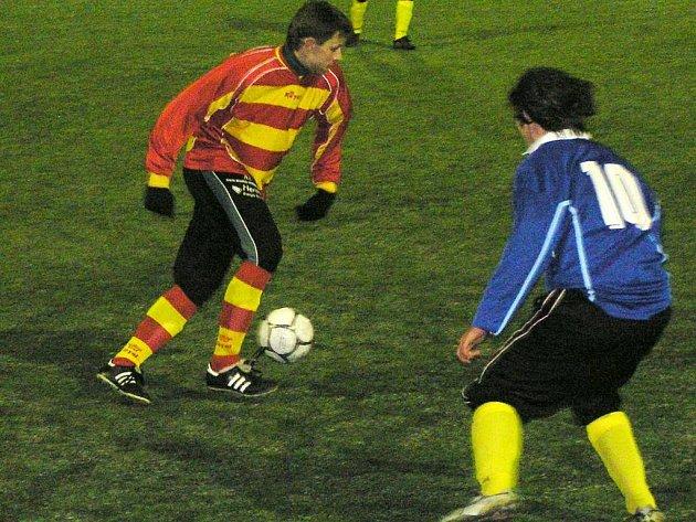 Bývalý hráč Týnce nad Sázavou Tomáš Havlíček ve votických barvách obcházel mladého benešovského, ještě dorostence, Tomáše Semeráda.