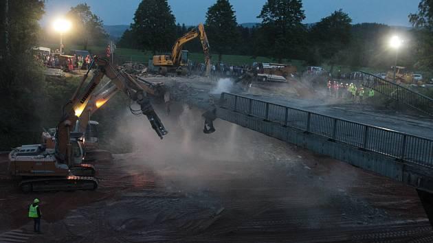 Demolice dálničního nadjezdu. Ilustrační foto.