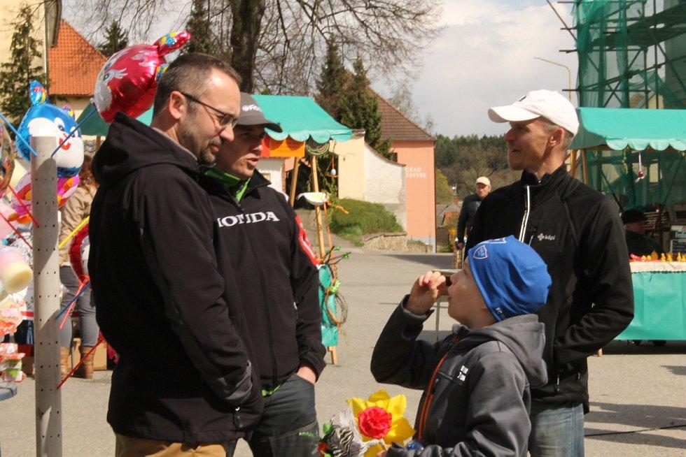 Velikonoční jarmark připravil tradičně spolek Babinec z Louňovic pod Blaníkem, který tuto akci pořádá již devátým rokem. Příchozí si zatančili, nakoupili drobnosti pro radost i nasytili nejrůznějšími pochutinami