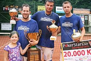 Sestava Modřic se na mezinárodním turnaji Šacung PokerStars.net Cup radovala již potřetí. Zleva stojí Michal Kokštein, Pavel Kop, Radek Pelikán.