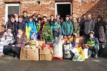 Školáci a zaměstnanci ZŠ Dukelská nashromáždili pro pejsky 180 kg granulí, 13 kg piškotů a 44 psích konzerv.
