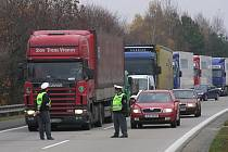 Porušení zákazu sjetí kamionů z případné kolony dálnice D1 na okresní silnice pohlídají dopravní policisté. Ilustrační foto.